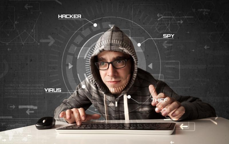 Hacker píše na klávesnici