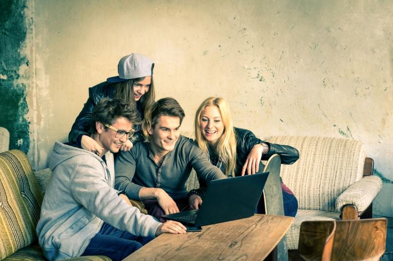 Mladíci sedí u notebooku