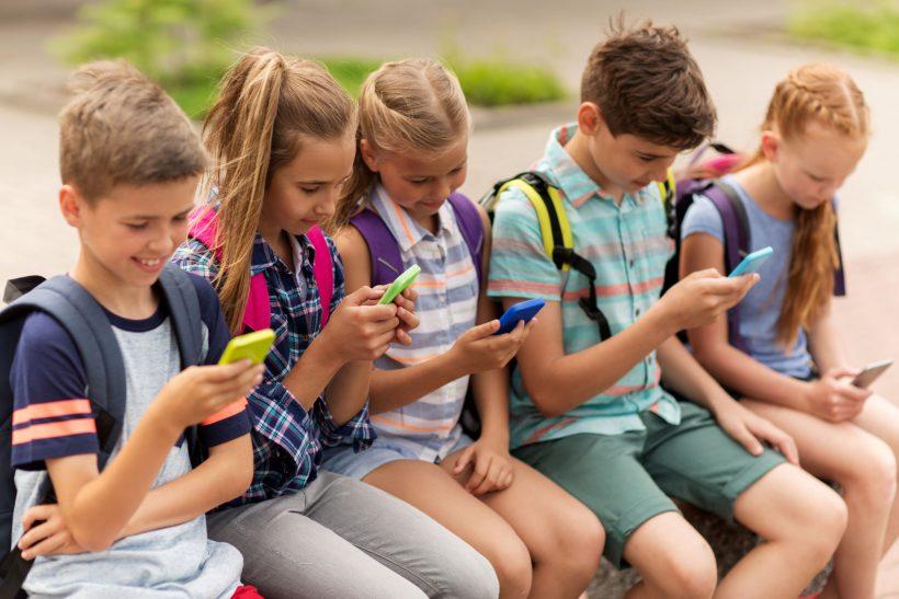 Děti drží v ruce chytré telefony