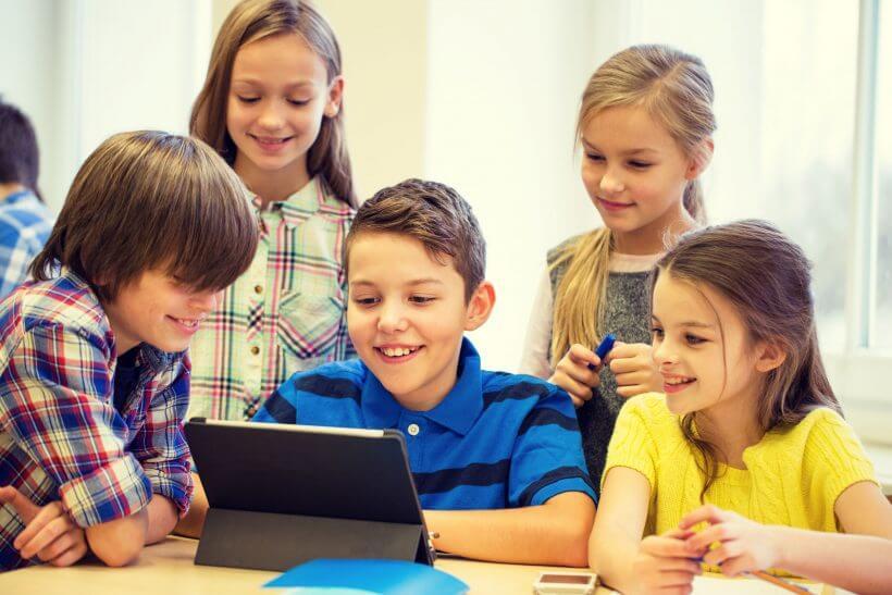 Děti si hrají s tabletem