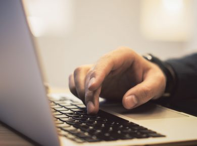Ruka na klávesnici