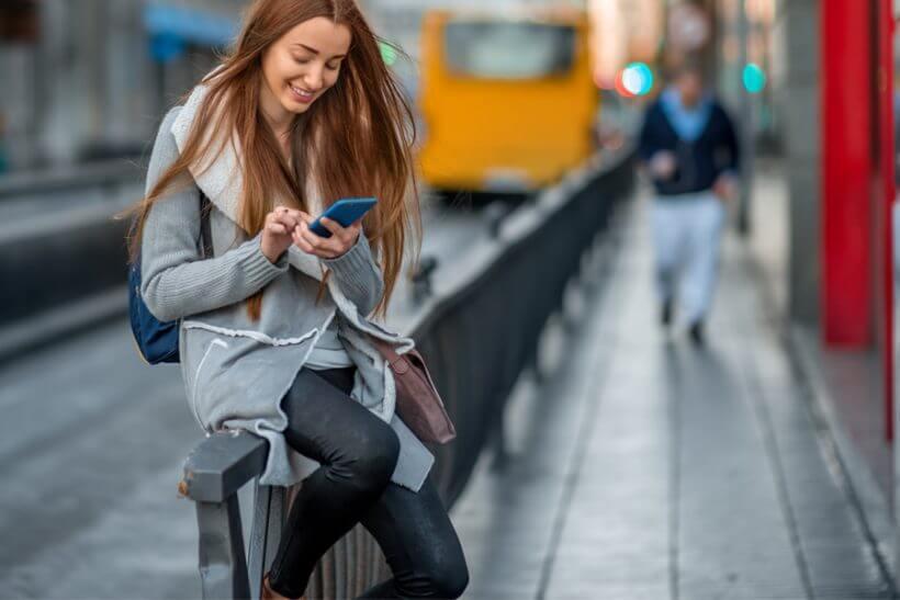 Žena s chytrým telefonem.