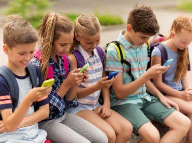 Děti se smartphonem.