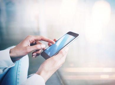 Žena drží smartphone