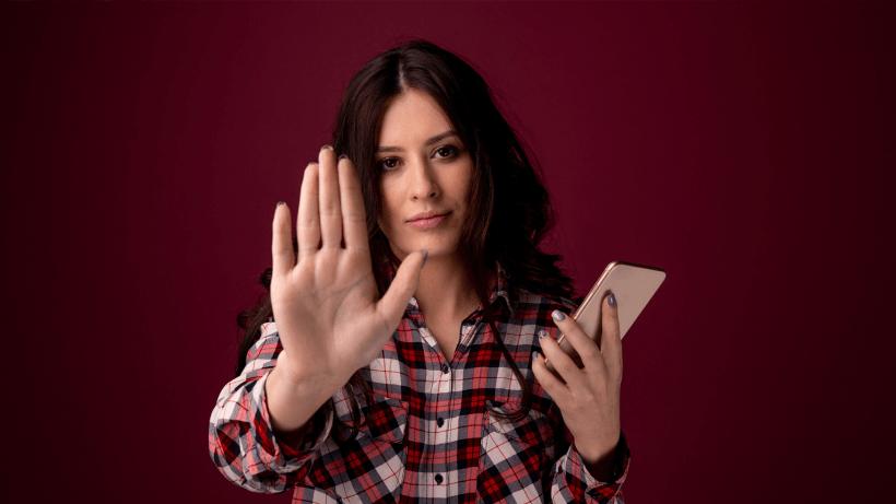 žena chrání svá data v mobilním telefonu před zneužitím